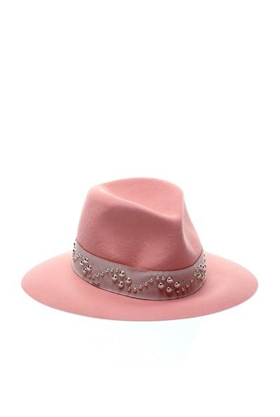 Sombrero de fieltro con tachuelas